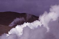 ISLANDA: paesaggio vulcanico. Getti di vapore salgono dal terreno. Si intravede una casetta.
