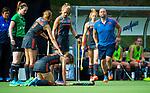 BRUSSEL - Blessure voor Laura Nunnink (Ned) , met rechts fysio Franc Backelandt (Ned)  tijdens de finale Nederland-China (2-0) bij de halve finale ronde Hockey World League (dames) . COPYRIGHT KOEN SUYK