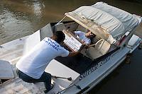 Eleições 2014.<br /> Funcionários do TRE/Pará chegam a Periquitaquara com as urnas eleitorais a zona 76  sessão 255 com 96 eleitores.<br /> Belém, Pará, Brasil.<br /> Foto Paulo Santos<br /> 05/10/2014