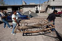 QUERETARO, QRO.- Durante los &uacute;ltimos tres a&ntilde;os, un grupo de mas de 200 mujeres se han reunido con motivos religiosos; sin embargo, hoy ante la necesidad de un centro de desarrollo comunitario y el olvido de las autoridades, han construido de propia mano con madera de deshecho su propio centro.<br />  <br /> Este centro comunitario ubicado en la colonia La Esperanza, al norte de la ciudad, en un predio irregular fue fundada hace m&aacute;s de 15 a&ntilde;os por el movimiento social Antorcha Campesina que se instal&oacute; de manera paracaidista.<br /> <br /> Hoy medianamente regularizada cuenta con los servicios b&aacute;sicos de agua, luz y drenaje, sin embargo las autoridades han olvidado los servicios sociales para esta comunidad. Es ah&iacute;, que en un predio en calidad de pr&eacute;stamo por el gobierno del estado que han construido con las propias manos un centro de desarrollo con atenci&oacute;n a dos grupos en estado vulnerable, adultos mayores y muj&eacute;res j&oacute;venes. En suma acuden una vez a la semana cerca de 200 mujeres. Obras de teatro, apoyos de despensas y abrigo, capacitaci&oacute;n y prevenci&oacute;n del delito son algunas de las labores que se pueden encontrar en este lugar.<br /> <br /> Este Centro de Desarrollo se levanta en apenas tres horas de labor. Mujeres de todas las edades acarrean tablones, triplay de desecho, maderas donadas o encontradas en la basura; polines regalados son los que servir&aacute;n para levantar este lugar al que acuden a trabajar con clavos, martillos, y las que no llevan martillo utilizan una piedra para dar forma al modesto espacio que beneficia actualmente a mujeres de las colonias Tlanesse, Carlos Mar&iacute;a, Altos de San Pablo, Puestas del Sol, Martires Secciones 1-3, Desarrollo San Pablo, Las Am&eacute;ricas y La Esperanza.<br />   <br /> <br /> Foto: Demian Ch&aacute;vez/AGENCIA OBTURA<br /> <br /> _____<br /> <br /> Vulnerable, mujer, abandono, pobreza, Violencia, adulto, mayor, embarazo