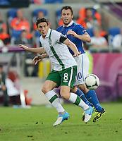 FUSSBALL  EUROPAMEISTERSCHAFT 2012   VORRUNDE Italien - Irland                       18.06.2012 Keith Andrews (li, Irland) gegen Antonio Cassano (re, Italien)