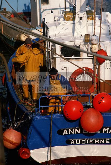 Europe/France/Bretagne/29/Finistère/Audierne: port et marins pêcheurs sur un bateau de pêche au port de Audierne [Non destiné à un usage publicitaire - Not intended for an advertising use]