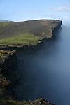 Le brouillard joue a saute mouton sur les falaises de basalte de Vik à l extreme sud de l'Islande. Au gre de ses humeurs, il devoile des pans d ocean gris et les parois noires des lots de Dyrholaey...