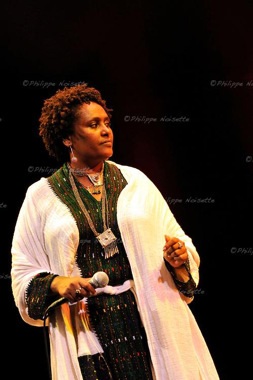 La chanteuse egyptienne Etenesh Wassie, de la famille des Azmaris..Ref : ETENESH_WASSIE_ET_LE_TIGRE_DES_PLATANES_029.jpg - © Feeloo.