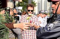 SAO PAULO, 19 DE MAIO DE 2012 - MARCHA DA MACONHA SP - Manifestante oferece flor a policial durante ato Marcha da Maconha, que visa outra politica de drogas, no vao livre do masp, avenida paulista, na tarde deste sabado. FOTO: ALEXANDRE MOREIRA - BRAZIL PHOTO PRESS