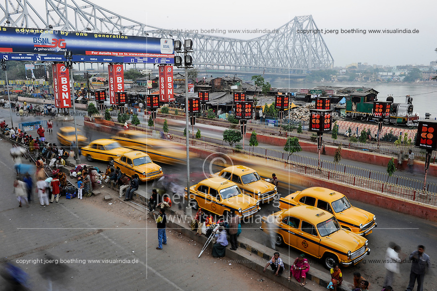 INDIA Westbengal Calcutta Kolkata , Howrah bridge and waiting yellow Ambassador cabs infront of Howrah railway station / INDIEN Westbengalen Megacity Kalkutta , HM Ambassador Taxi am Howrah Bahnhof , Blick auf Hooghly Fluss und Hooghly Bruecke