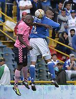 BOGOTA - COLOMBIA -09 -04-2016: Michael Rangel (Der) jugador de Millonarios disputa el balón con Deiner Cordoba (Izq) jugador de Boyacá Chicó FC durante por la fecha 12 de la Liga Águila I 2016 jugado en el estadio Nemesio Camacho El Campín de la ciudad de Bogotá./ Michael Rangel (R) player of Millonarios fights for the ball with Deiner Cordoba (L) player of Boyaca Chico FC during the match for the date 12 of the Aguila League I 2016 played at Nemesio Camacho El Campin stadium in Bogota city. Photo: VizzorImage / Gabriel Aponte / Staff.