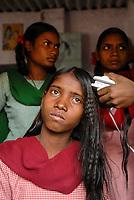 INDIA, New Delhi, Balika Ashram for former child labourer , vocational training for girls in beauty parlour , hair curving / INDIEN, Neu Delhi , Balika Ashram der NGO BBA / SACCS für ehemalige Kinderarbeiter , Friseur und Kosmetik Ausbildung , Haare wellen