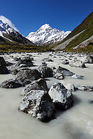 New Zealand, South Island, Canterbury region, Mount Cook National Park: Hooker Valley and river with Mount Cook | Neuseeland, Suedinsel, Region Canterbury, Mount Cook National Park: Hooker River im Hooker Valley und Mount Cook im Hintergrund