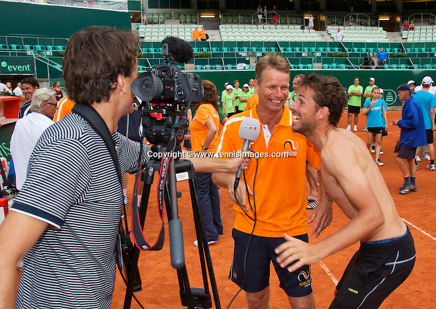 Austria, Kitzbühel, Juli 19, 2015, Tennis,  Davis Cup, The Dutch team celebrates Robin Haase jokes with Captain Jan Siemerink in front of the camera<br /> Photo: Tennisimages/Henk Koster