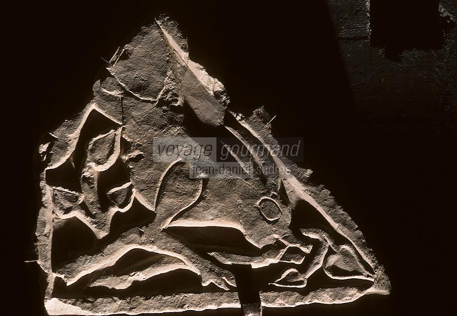 Europe/France/Poitou-Charentes/86/Vienne/Ligugé: Cerf broutant le lierre, bas relief de la crypte de l'Abbaye Saint-Martin de Ligugé