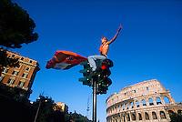 Un tifoso della Roma festeggia lo scudetto appena vinto davanti al Colosseo