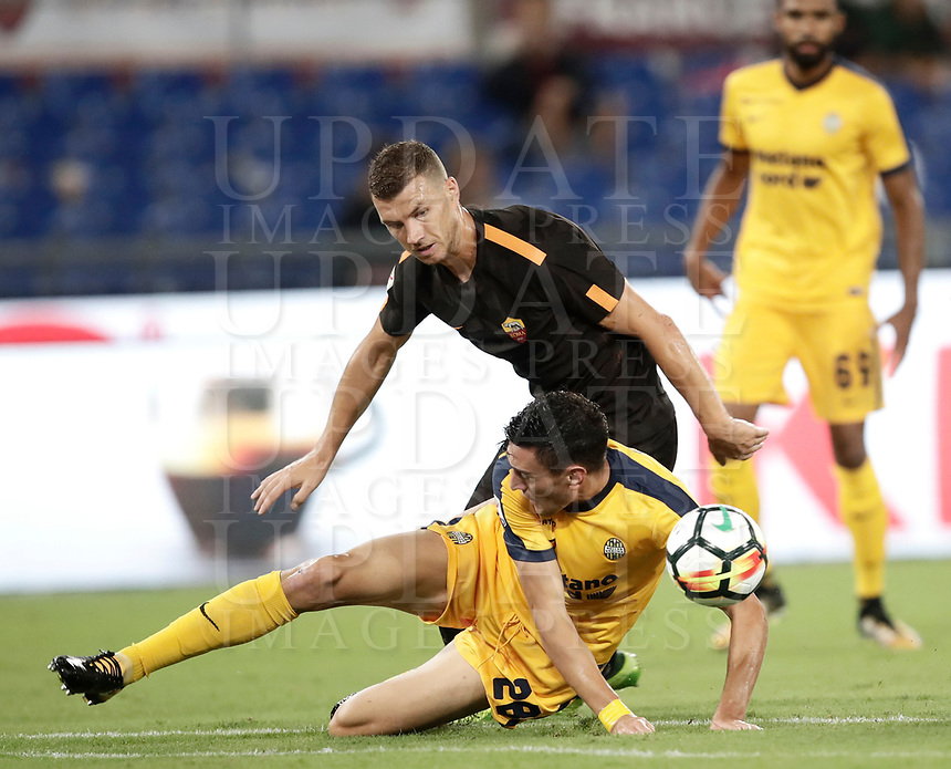 Calcio, Serie A: Roma, stadio Olimpico, 16 settembre 2017.<br /> Roma's Edin Dzeko (r) in action with Verona's Alex Ferrari (l) during the Italian Serie A football match between AS Roma and Hellas Verona at Rome's Olympic stadium, September 16, 2017.<br /> UPDATE IMAGES PRESS/Isabella Bonotto