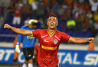 BARRANQUILLA - COLOMBIA - 01-07-2013: Johnny Rivera jugador de Univesidad Autonoma celebra el gol anotado durante el partido en el estadio Metropolitano Roberto Melendez de la ciudad de Barranquilla, julio 3 de 2013. Universidad Autonoma y Union Magdalena en partido por la final del Torneo Postobon I. (Foto: VizzorImage / Alfonso Cervantes / Str). Johnny Rivera player of Universidad Autonoma celebrates the goal scored Tournament during a game in the Roberto Melendez Metropolitan Stadium in Barranquilla city, July 3, 2013. Universidad Autonoma and Union Magdalena in a match for the final of the Postobon I Tournament. (Photo: VizzorImage / Alfonso Cervantes / Str.)