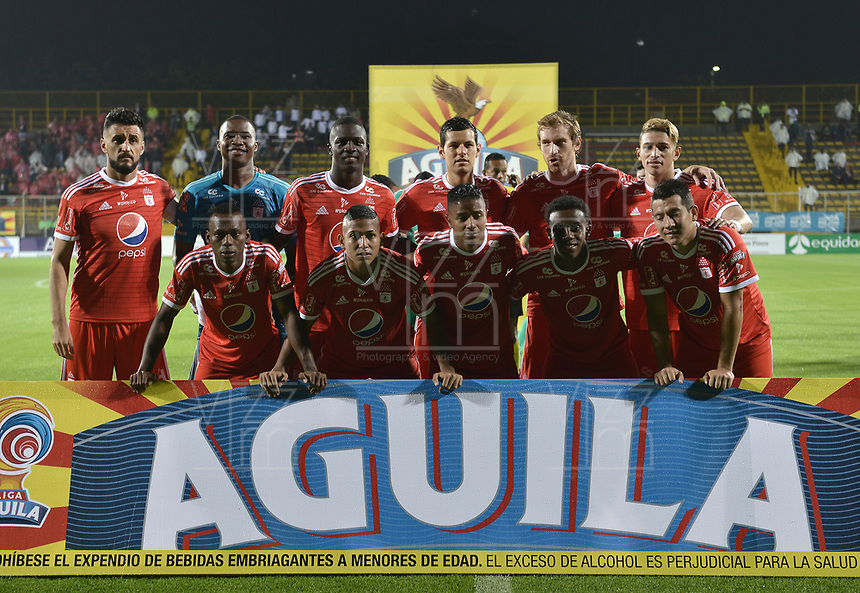 BOGOTÁ - COLOMBIA, 10-11-2018: Jugadores de America de Cali posan para una foto previo al encuentro con La Equidad por la fecha 19 de la Liga Águila II 2018 jugado en el estadio Metropolitano de Techo de la ciudad de Bogotá. / Players of America de Cali pose to a photo prior the match against La Equidad for the date 19 of the Aguila League II 2018 played at Metropolitano de Techo stadium in Bogotá city. Photo: VizzorImage/ Gabriel Aponte / Staff