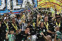 MEDELLÍN -COLOMBIA-20-12-2015. Jugadores de Atlético Nacional levantan el trofeo para celebrar el título como campeones de la Liga Aguila II 2015 después partido de vuelta de la final entre Atlético Nacional y Atlético Junior jugado en el estadio Atanasio Girardot de la ciudad de Medellín. / Players of Atletico Nacional lift the trophy to celebrate as a champions of Aguila League II 2015 after second leg match of the final between Atletico Nacional and Atletico Junior played at Atanasio Girardot stadium in Medellin city. Photo: VizzorImage/ Felipe Caicedo / Staff