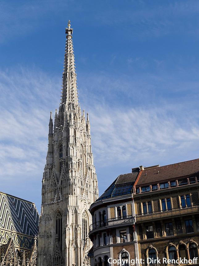 Turm des gotischen  Stephansdom und Haus am Stephansplatz, Wien, &Ouml;sterreich<br /> Steeple of Gothic Cathedral St.Stephan, Vienna, Austria, world heritage