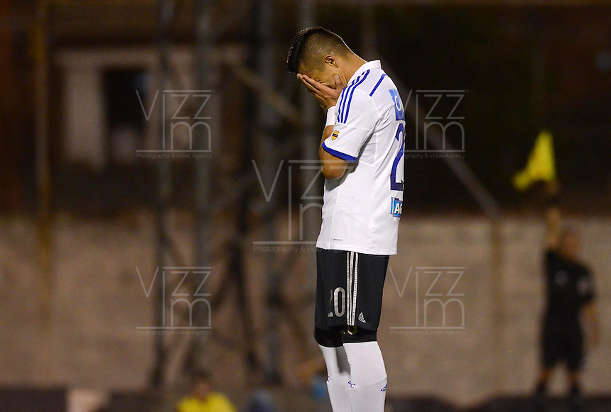 ENVIGADO -COLOMBIA-26-04-2015. Fernando Uribe jugador de Millonarios lamenta fallar un gol durante encuentro con Envigado FC por la fecha 17 de la Liga Águila I 2015 realizado en el Polideportivo Sur de la ciudad de Envigado./ Fernando Uribe player of Millonarios laments to fail a goal during the match against Envigado FC for the 17th date of the Aguila League I 2015 at Polideportivo Sur in Envigado city.  Photo: VizzorImage/León Monsalve/STR