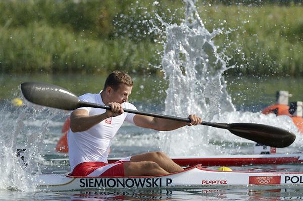 KAY16 DORNEY (REINO UNIDO) 10/08/2012.- El polaco Piotr Siemionowsk (c) compite en una serie clasificatoria de K1 200m, durante los Juegos Olímpicos de Londres 2012, disputadas en el centro de remo Eton de Dorney, al oeste de Londres, Reino Unido, hoy, viernes, 10 de agosto de 2012. EFE/Rainer Jensen