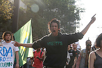 SAO PAULO, SP, 07 DE SETEMBRO 2012 - MANIFESTAÇÃO CONTRA A CORRUPÇÃO - DIA DO BASTA - Jovem fazem manifestação contra a corrupção na tarde desta sexta-feira(07), na Av. Paulista centro financeiro de São Paulo.  (FOTO: AMAURI NEHN / BRAZIL PHOTO PRESS).