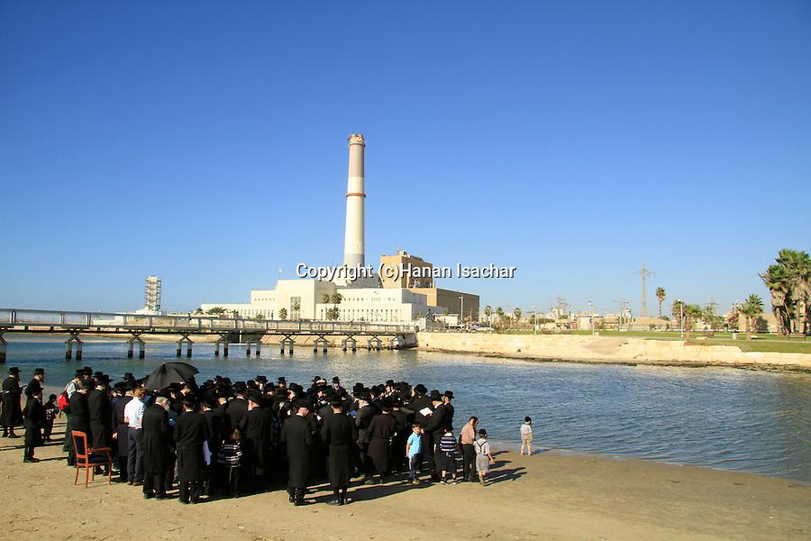 Israel, Tel Aviv, Tashlich ceremony of the Premishlan congregation by the Yarkon River