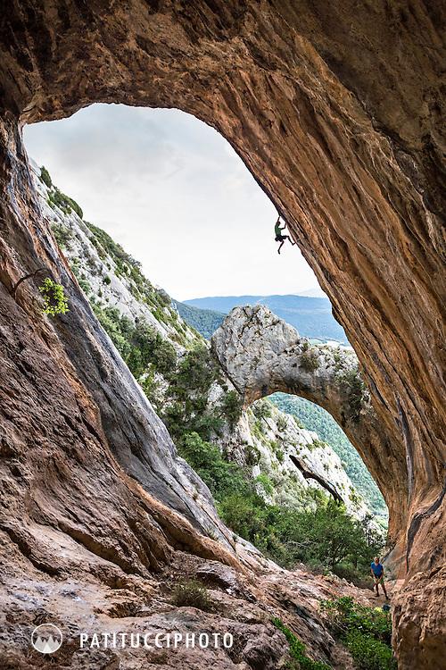 David Gambus climbing in the arch at Abella de la Conca, Catalunya, Spain