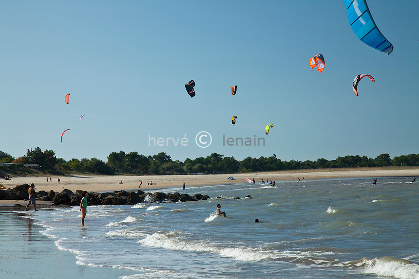 France, Gironde (33), estuaire de la Gironde, Le-Verdon-sur-Mer, kitesurf sur la plage de La Chambrette // France, Gironde, estuary of the Gironde, Le Verdon sur Mer, kitesurf on the beach of La Chambrette