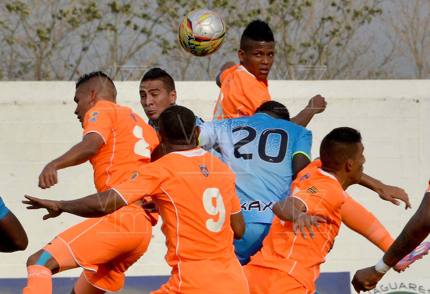 MONTERIA - COLOMBIA - 15-03-2015: Elkin Mosquera (Izq.) jugador de Jaguares FC disputa el balón con Carlos Londoño (Der.) jugador de Envigado FC, durante partido entre Jaguares FC y Envigado FC por la fecha 10 de la Liga Aguila I 2015, jugado en el estadio Municipal de Monteria. / Elkin Mosquera (L) player of Jaguares FC vies for the ball with Carlos Londoño (R) player of Envigado FC, during a match between Jaguares FC and Envigado FC for the  date 10 of the Liga Aguila I-2015 at the Municipal de Monteria Stadium in Monteria city, Photo: VizzorImage / Jose Perdomo / Cont.