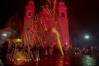 La Xique&ntilde;ada cumple sus primeros 40 a&ntilde;os.<br /> <br /> <br /> Xico, Veracruz 22/Julio/2015.- Xico, es la cabecera municipal y forma parte de la Sierra Madre Oriental y se ubica en el centro del actual estado de Veracruz a 21 Km. de Xalapa que es la capital del estado.<br /> En las fiestas tradicionales patronales se realiza procesi&oacute;n en honor a Mar&iacute;a Magdalena, la virgen del poblado de Xico, donde los pobladores de dicho lugar recorren las principales calles. El d&iacute;a 21 de julio se realizan varias procesiones a lo largo del d&iacute;a y en la noche se realiza la quema de los &ldquo;Toritos&rdquo;, todas estas actividades son la antesala de la actividad principal que es la Tradicional &ldquo;Xique&ntilde;ada&rdquo;, en donde sueltan toros en la principales calles de Xico. Como parte la tradici&oacute;n, se realiza la procesi&oacute;n de &ldquo;Arrieros y Vaqueros&rdquo;, en honor a Mar&iacute;a Magdalena, donde Hombres y Mujeres pertenecientes de dicho lugar recorren las principales calles cabalgando caballos y yeguas.<br /> <br /> La tradicional &ldquo;Xique&ntilde;ada&rdquo; este 2015 cumplen sus primeros 40 a&ntilde;os de vida y para ello se presentaron 20 toros de 500 kilogramos aproximadamente cada uno, de la ganader&iacute;a &lsquo;San Maximiano&rsquo; provenientes del estado de Morelia Michoac&aacute;n, y los cuales soltaron por las principales calles de este pueblo m&aacute;gico, en donde pobladores y turistas torearon a dichos toros.La Xique&ntilde;ada es una tradici&oacute;n que los pobladores han ido adoptando poco a poco, ya que al tener sus primeras cuatro d&eacute;cadas se puede decir que es una tradici&oacute;n a penas joven, la cual oriundos del poblado de Xico y visitantes aprovechan al m&aacute;ximo.Cabe destacar que antes de dar comienzo a la Xique&ntilde;ada, se le dio un reconocimiento al ciudadano Fusto Soto Morales, por haber sido el iniciador de la Xique&ntilde;ada.Foto: Carlos Maruri / Obture.