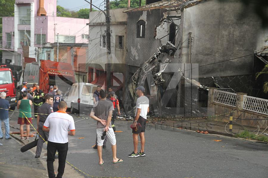 SÃO PAULO,SP, 30.11.2018 - ACIDENTE-SP - <br /> Bombeiros trabalham no local onde um avião de pequeno porte caiu na tarde desta sexta-feira, 30, próximo ao Campo de Marte, na zona norte de São Paulo. A aeronave, um Cessna 210, caiu sobre duas casas logo após decolar. Pelo menos duas pessoas morreram e outras 12 ficaram feridas. (Foto: Amauri Nehn/Brazil Photo Press)