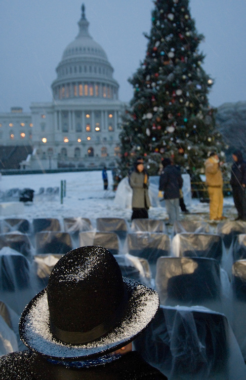 Snow covers the West Front and early-to-arrive guests before the Capitol Christmas tree lighting ceremony on Wednesday evening, Dec. 5, 2007.