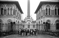 Crespi d'Adda (Bergamo), villaggio operaio di fine '800 nel settore tessile cotoniero. Una scoleresca in visita alla fabbrica --- Crespi d'Adda (Bergamo), workers model village of the late 19th century in the cotton textile production field. Pupils visiting the factory