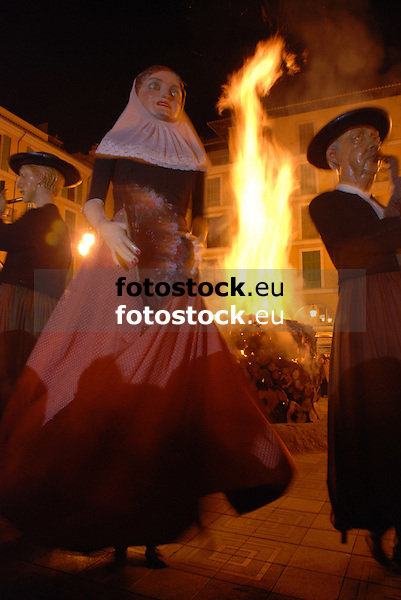 Dance of the Gigants in front of the bonfire of Saint Sebastian at Plaza Mayor<br /> <br /> Baile de Gigantes delante del fuego de San Sebasti&aacute;n (cat.: Sant Sebasti&agrave;) en la Plaza Mayor<br /> <br /> Tanz der Riesen vor dem San Sebastian Feuer auf der Plaza Mayor<br /> <br /> 3872 x 2592 px<br /> 150 dpi: 65,57 x 43,89 cm<br /> 300 dpi: 32,78 x 21,95 cm