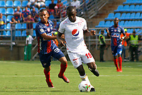 SANTA MARTA - COLOMBIA, 18-05-2019: Jhon Labastidas de Unión disputa el balón con Luis Paz de América durante partido por la fecha 3, cuadrangulares semifinales, de la Liga Águila I 2019 entre Unión Magdalena y América de Cali jugado en el estadio Sierra Nevada de la ciudad de Santa Marta. / Jhon Labastidas of Union struggles the ball with Luis Paz of America during match for the date 3 of the semifinal quadrangular as part Aguila League I 2019 between Union Magdalena and America de Cali played at Sierra Nevada stadium in Santa Marta city. Photo: VizzorImage / Gustavo Pacheco / Cont