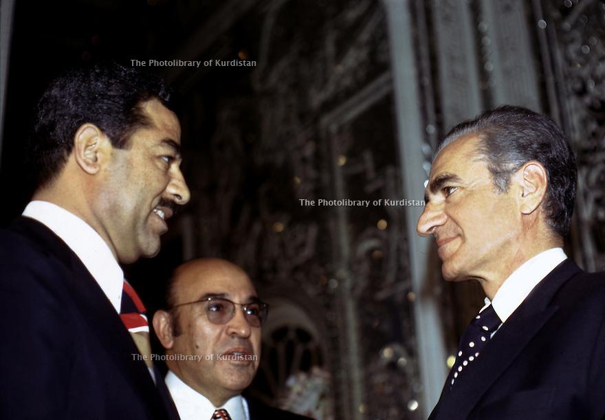 Iran 1975.Rencontre à Téhéran du Shah et de Saddam Hussein, vice-président irakien.Iran 1975.Meeting in Teheran : Saddam Hussein, vice-president of Iraq and the Shah