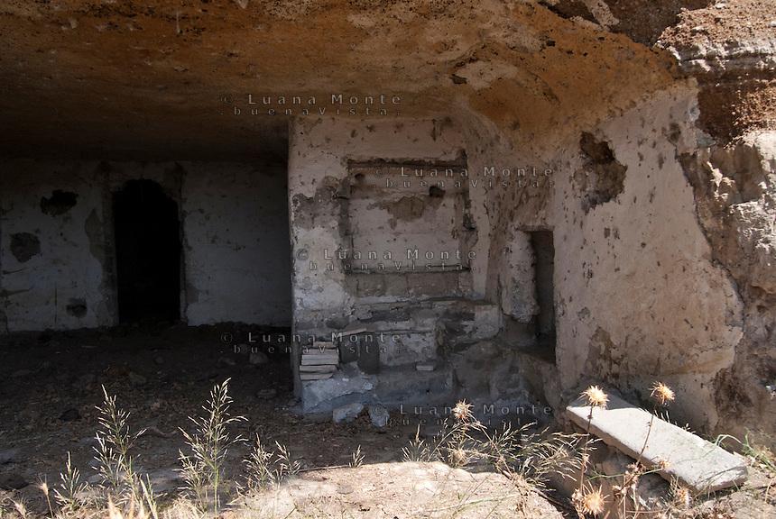 Valle dei Calanchi. Antiche abitazioni ricavate da grotte scavate nelle pareti di tufo della valle. Civita di Bagnoregio, 11 luglio 2012...