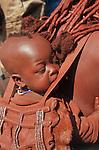 Femme Himba avec son enfant  dans le village de Otjivahurua (très loin en langage himba) à 100 km d'Opuwo; Kaokoland. Namibie. Afrique.Namibia; Africa