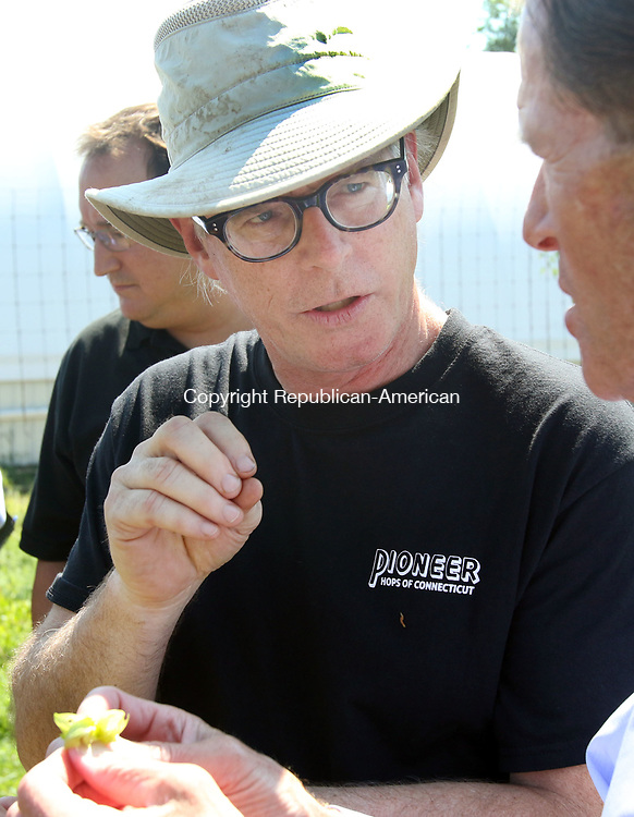 MORRIS CT. 09 Augusr 2017-080917SV03-Doug Weber, Pioneer Hops Farm in Morris, explains the hops to Sen. Richard Blumenthal, D-Conn, during a tour of the farm in Morris Wednesday.<br /> Steven Valenti Republican-American