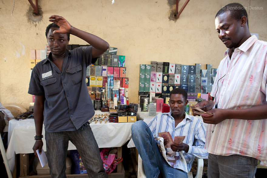 12 januay 2011 - Juba, South Sudan - Sudaneses from Darfur count their money as they sell perfums in a street of Juba town as ballots are counted following a weeklong independence referendum in Juba, the capital of Southern Sudan. Photo credit: Benedicte Desrus