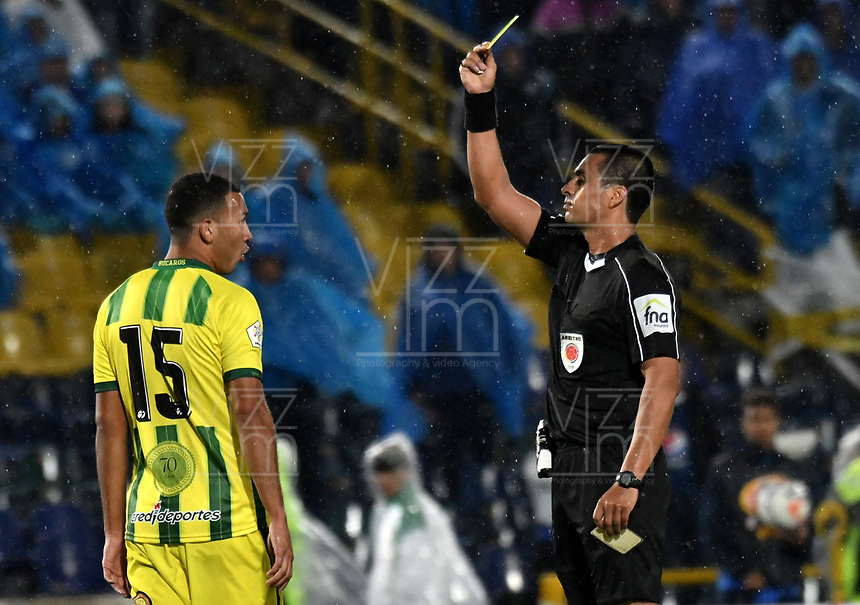 BOGOTA - COLOMBIA - 01 – 04 - 2018: Edwin Ferney Turjillo (Der.), arbitro, muestra tarjeta amarilla a Jefferson Torres (Izq.) jugador de Atletico Bucaramanga, durante partido de la fecha 12 entre Millonarios y Atletico Bucaramanga, por la Liga Aguila I 2018, jugado en el estadio Nemesio Camacho El Campin de la ciudad de Bogota. / Edwin Ferney Turjillo (R), referee, shows yellow card to Jefferson Torres (L), player of Jaguares F. C. during a match of the 12th date between Millonarios and Atletico Bucaramanga, for the Liga Aguila I 2018 played at the Nemesio Camacho El Campin Stadium in Bogota city, Photo: VizzorImage / Luis Ramirez / Staff.