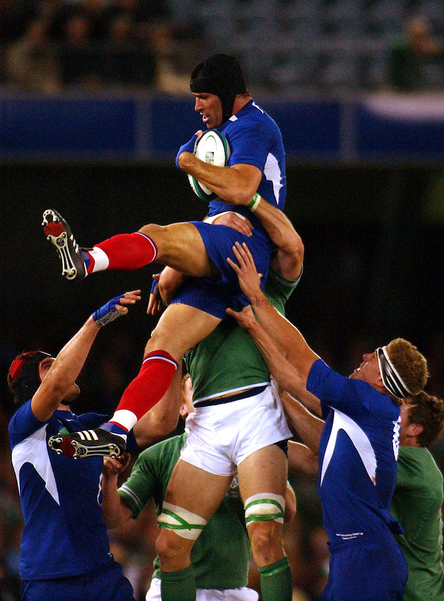 Photo: Jack Atley..Ireland v France, Quarter Final at the Telstra Dome, Melbourne. RWC 2003. 09/11/2003..Olivier Magne takes a lineout.