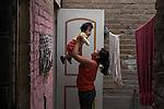 2015-03-04. UN ÁNGEL CON LAS ALAS PEGADAS. © Calamar2/Susana HIDALGO & Pedro ARMESTRE<br />  Evelyn, de 14 años, juega con su hermano Ángel César el día que regresa a casa tras la intervención médica. <br />   Ángel César Alonso, de 10 meses, nació por cesárea en Chiclayo (Perú) y los médicos le diagnosticaron síndrome de Apert, una enfermedad genética que afecta a la forma de la cabeza y que hace que el pequeño tenga los ojos abultados y padezca sindactilia (los dedos de las manos y de los pies pegados). El síndrome de Apert es una de las 7.000 enfermedades raras que existen en el mundo y su prevalencia oscila entre 1 y 6 casos por cada 100.000 nacimientos. La historia de este bebé es la historia de unos padres coraje, César Cruz y Edita Jiménez, que se desviven para que el pequeño pueda tener la mejor calidad de vida posible. César y Edita acudieron el pasado mes de marzo junto a su bebé al hospital San Juan de Dios, en Chiclayo, al reclamo de una campaña solidaria de intervenciones quirúrgicas organizadas por la Sociedad Española de Cirugía Plástica, Reparadora y Estética (Secpre) y la ONG Juan Ciudad. Los cirujanos españoles le operaron las manos para separar unos dedos de otros. La intervención duró aproximadamente una hora y media y el pequeño necesitó de curas posteriores.<br /> La operación fue el primer paso en la mejora de la salud de Ángel. Necesitará al menos otra más para separar los dedos de los pies. Sus padres son humildes y apenas tienen recursos.  César, el padre, trabaja levantando casas de adobe. Edita, la madre, vive para su hijo y le gustaría en un futuro retomar su profesión de enfermera. © Calamar2/Pedro ARMESTRE<br /> <br />  AN ANGEL WITH THE WINGS ATTACHED. © Calamar2/Susana HIDALGO & Pedro ARMESTRE<br /> <br /> Angel César Alonso was born in Chiclayo (Peru) and was diagnosed with Apert syndrome, a genetic disease that affects the shape of the head and makes him having eyes bulging and suffering syndactyly (the fingers and feet flat). T