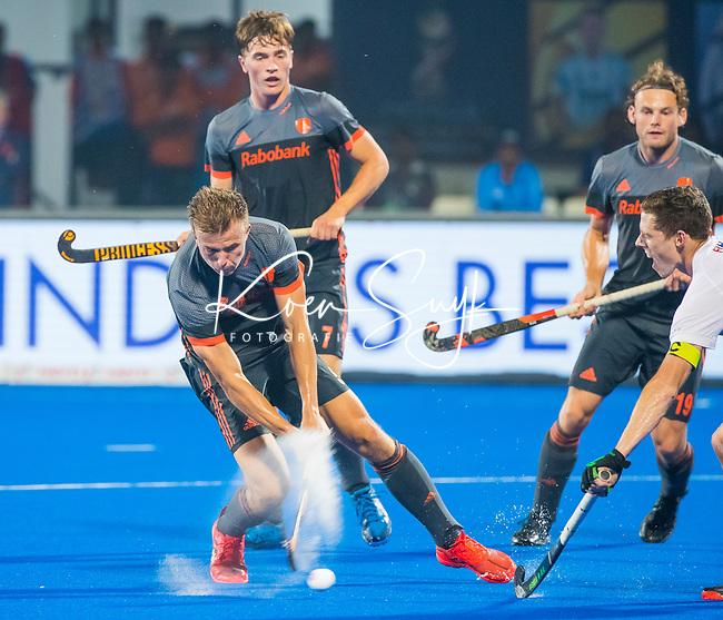 BHUBANESWAR (INDIA) -  Thijs van Dam (Ned) brengt de stand op 5-0  tijdens Nederland-Canada (5-0) bij het WK Hockey heren.  rechts Scott Tupper (Can) en op de achtergrond Jorrit Croon (Ned) en Bob de Voogd (Ned) . COPYRIGHT KOEN SUYK