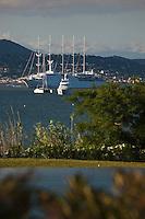 Europe/France/Provence -Alpes-Cote d'Azur/83/Var/Gassin: Hôtel Kube, rte de St Tropez. La piscine et le Golfe de Saint-Tropez et ses yachts