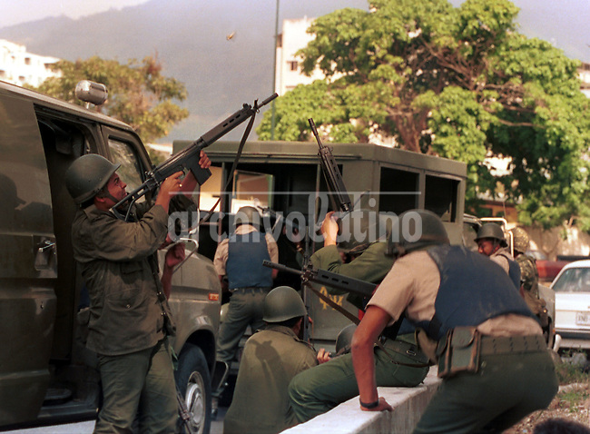 Escenas del intento de golpe por  insurgentes militares liderados por el coronel Hugo Chavez  ique intentaron derrocar al Presidente Carlos Andres Perez.+golpe, estado *Soldiers in the streets of Caracas during after a coup attempt led by Colonel Hugo Chavez . After some few hours of combats, the president Carlos Andres Perez regained control of the city and the rebels surrended *Chars d'assaut et effectifs militaires partisans d'Hugo Chavez en faction dans la rue suite à la tentative de coup d'état contre le président Carlos Andres Perez. +putch, guerres, colonel, armée, conflits, combats, civils