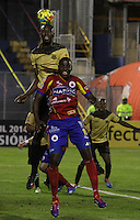 PASTO- COLOMBIA -11 -04-2014: Juan Carlos Escobar (Der.) jugador de Deportivo Pasto disputa el balón con Javier Lopez (Izq.) jugador de Itagüi durante partido entre Deportivo Pasto y Itagüi por la fecha 17 de la Liga Postobon I 2014, jugado en el estadio Departamental Libertad de la ciudad de Pasto. / Juan Carlos Escobar (R) player of Deportivo Pasto vies for the ball with Javier Lopez (L) player of Itagüi during a match between Deportivo Pasto and Atletico Huila for the date 17th of the Liga Postobon I 2014 at the Departamental Libertad Stadium in Pasto city. Photo: VizzorImage  / Leonardo Castro / Str.