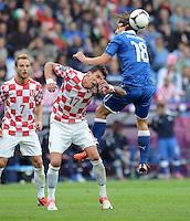 FUSSBALL  EUROPAMEISTERSCHAFT 2012   VORRUNDE Italien - Kroatien                    14.06.2012 Mario Mandzukic (Mitte, Kroatien) gegen Riccardo Montolivo (re, Italien) beobachtet von Ivan Rakitic (li, Kroatien)