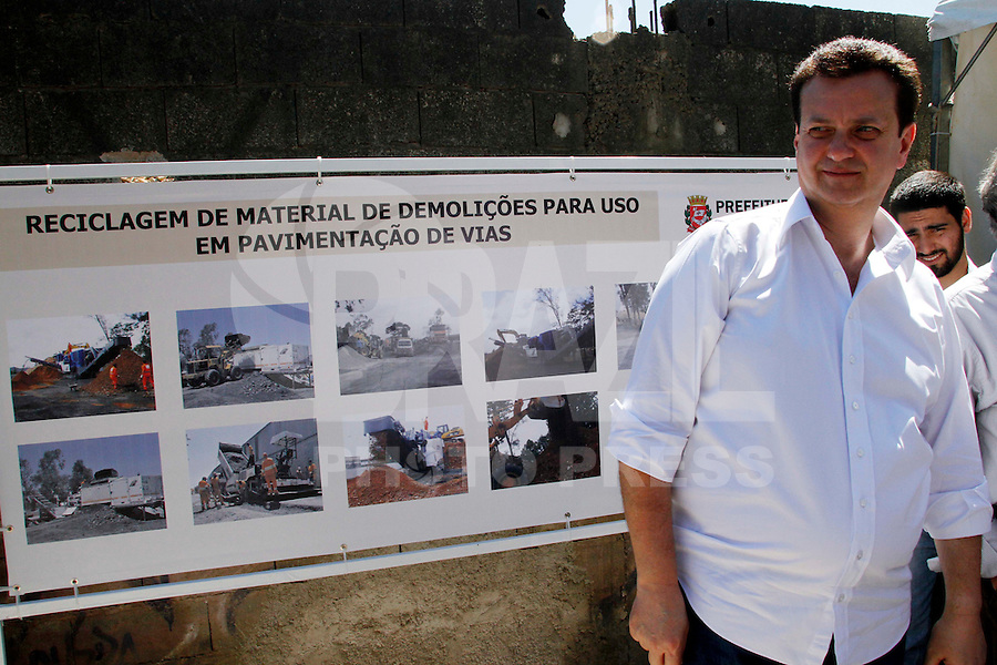 SÃO PAULO,SP,04 JANEIRO 2012 - KASSAB PAVIMENTAÇÃO AV SAPOPEMBA<br />  O prefeito de São Paulo Gilberto Kassab acompanhou na manhã de hoje (04) a pavimentação de trecho da avenida Sapopemba com material reciclado da demolição do prédio do antigo Moinho. FOTO ALE VIANNA - NEWS FREE.