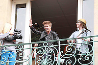 PAP0612PAPB152.JUSTIN BIEBER SINGS A FEW SONGS TO HIS FANS FROM HIS RECORD LABEL UNIVERSAL BUILDING IN PARISPAP0612PAPB152.JUSTIN BIEBER SINGS A FEW SONGS TO HIS FANS FROM HIS RECORD LABEL UNIVERSAL BUILDING IN PARIS /NortePhoto