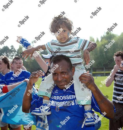 2007-04-22 / KVC Veerle Sport - FC Zwaneven: ook de jonge spruit van 1 van de spelers van Zwaneven mag even proeven van de champagne